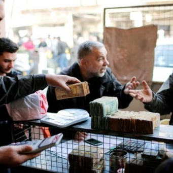 Inflation and the erosion of savings lurk in the Iraqis after the devaluation of the dinar