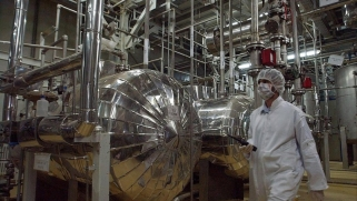 بايدن ينوي تعزيز القيود النووية على إيران