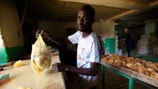 تعويم الجنيه السوداني يفتح باب الصدام مع الحكومة الجديدة
