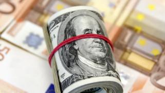 بدعم من ارتفاع عوائد السندات الأميركية.. الدولار يبلغ قمة 3 أشهر ونصف الشهر