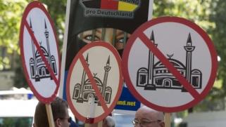 انعزالية المسلمين في الغرب هي التي أحاطتهم بسور العنصرية فاختاروا العيش في غيتوهات مغلقة.