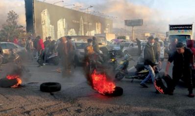 ارتفاع سعر صرف الدولار يشعل الشارع ويصل إلى مناطق «حزب الله»