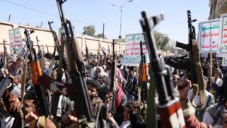 الحوثيون يهاجمون الرياض بطائرات مسيرة وواشنطن تقول إن مباحثات مبعوثها لليمن كانت مثمرة