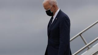 """بايدن يشعر """"بحزن شديد"""" وينكس الأعلام.. إغلاق مبنى الكونغرس بعد مقتل ضابط وإصابة آخر في عملية دهس"""