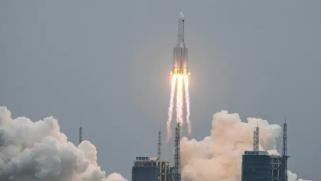 هل يسقط فوق رؤوسنا؟.. إدارة الفضاء الصينية تواجه صعوبة في إعادة صاروخ بأمان إلى الأرض