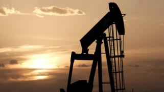 أسعار النفط تقفز قرب ذروة 3 أعوام.. فماذا عن الدولار؟