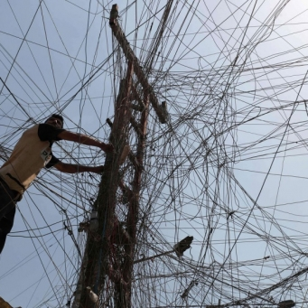 Al-Kazemi calls on the Iraqi army to protect the electric power transmission towers