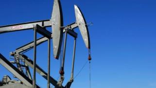 النفط يصعد بفعل التوتر في الشرق الأوسط ومخاوف كورونا تلقي بظلالها
