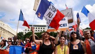 عشرات الآلاف يتظاهرون مجددا بفرنسا رفضا لشهادة كورونا
