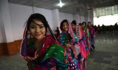 لا تلمس ملابسي.. أفغانيات يتحدين طالبان بنشر صورهن بملابس ملوّنة