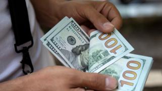 الدولار عند أعلى مستوياته في 2021 والمتعاملون يترقبون قرار الاحتياطي الاتحادي