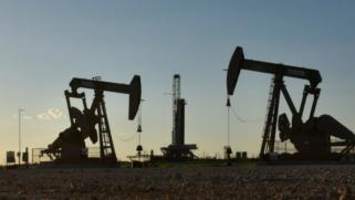 أسعار النفط تستقر قرب أعلى مستوى في شهر ونصف الشهر